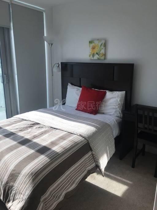 阳光充足的公寓房间1