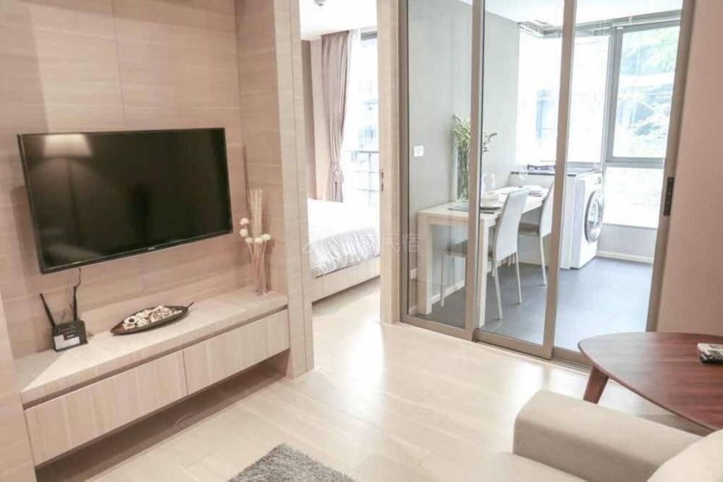 曼谷市中心Silom是隆,高级私人公寓一居,双轨道步行至地铁3分钟,WIFI,智能电视,泳池,健身房