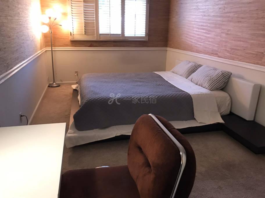 R2#溫馨安靜雅房,超大雙人床,衣櫥,書桌。公用衛生間。
