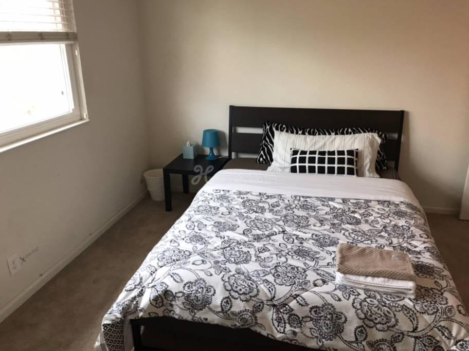 R4#溫馨安靜雅房,雙人床,衣櫥,寫字臺,公用衛生間。