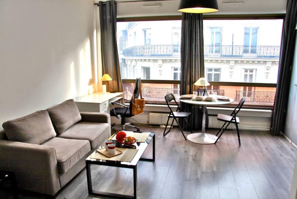 轻奢之选 巴黎中心香榭丽舍大道黄金区域 地铁1号线乔治五站三分钟步行 整套法式风情公寓 两张床